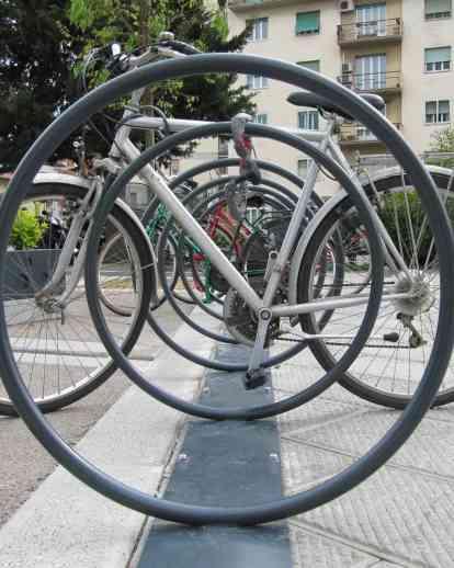 一圈,两辆自行车!