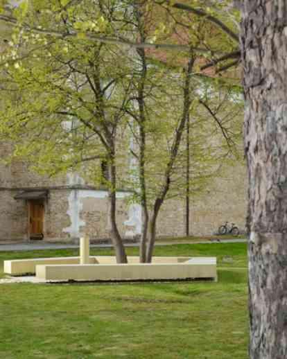 流动和记忆: 饮水机和长凳